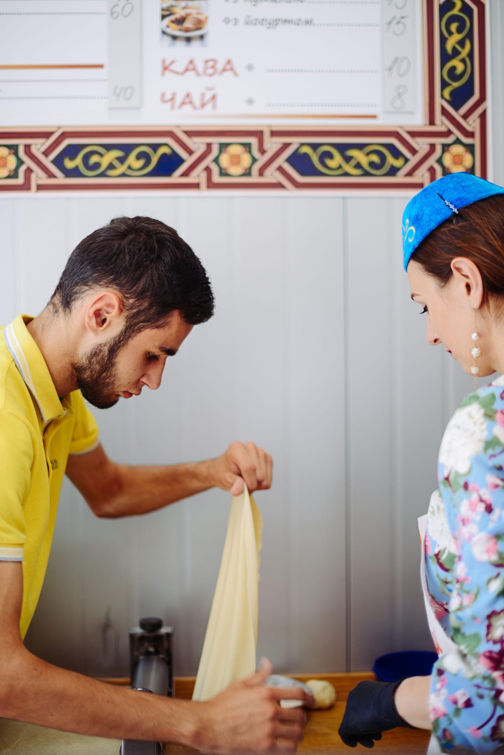 Усніє допомагає брат Емір